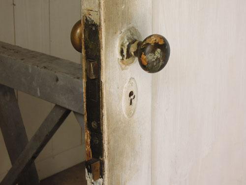 ドアノブにもラフにペイント跡が,アンティーク,ヴィンテージ,ドア,木製ドア,白,ペイント,こげ茶,ガラス窓