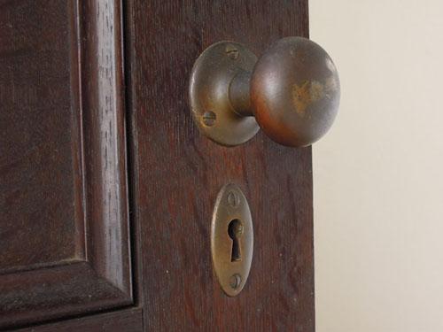 シンプルな古いドアノブ,アンティーク,ヴィンテージ,ドア,玄関ドア,白,ペイント,イギリス,オーク材