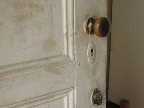 ペイントが跳ねたドアノブも良い雰囲気,アンティーク,ヴィンテージ,建具,ドア,玄関ドア,白,ペイント,イギリス,オーク材