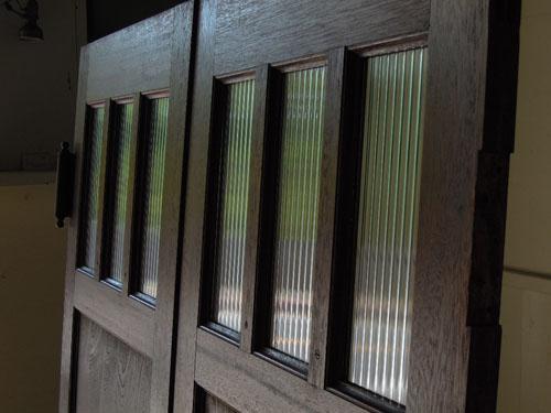 光りに反射して良い雰囲気に,アンティーク,ヴィンテージ,建具,木製,観音開き扉,両開き戸