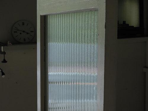 角度によりきらめく銀モールガラス,アンティーク,ドア,建具,木製,ペイント,白,リノベーション,ガラス戸