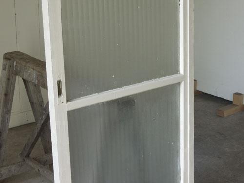 程良くぼかしながら光は通す銀モールガラス,アンティーク,ドア,建具,木製,ペイント,白,リノベーション,ガラス戸