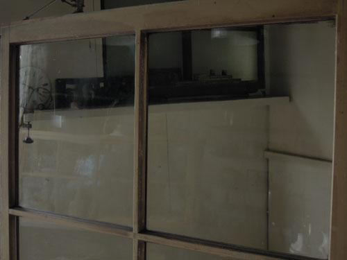 ガラス面も広く明るい,アンティーク,ドア,建具,ペイント,白,茶,リノベーション,店舗