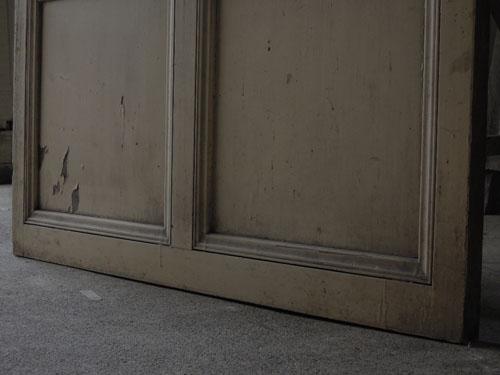 ペイント面足元の状態,アンティーク,ドア,建具,ペイント,白,茶,リノベーション,店舗