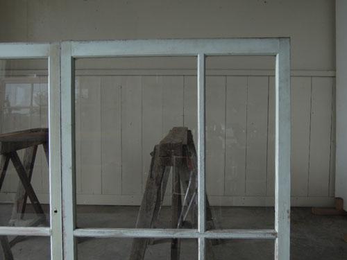 クリアガラスは開放感抜群,アンティーク,窓,引き違い戸,ペイント,ブルーグレー,建具,ガラス戸,リノベーション,店舗
