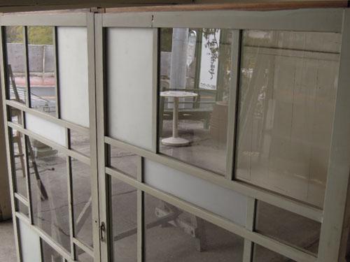 曇りガラスとクリアガラスの組み合わせ,アンティーク,引き違い戸,ガラス戸,引戸,建具,ペイント,リノベーション,店舗,間仕切り