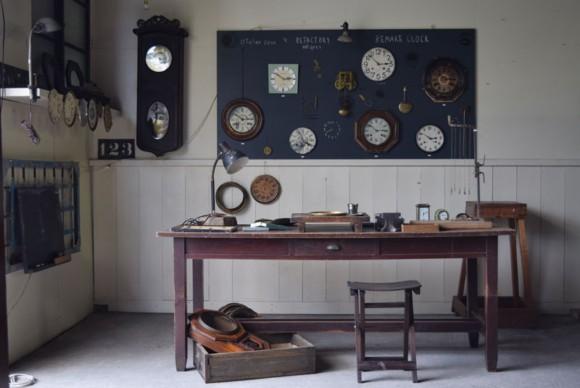 時計職人,工房,アトリエ,作業台,古道具,道具,アトリエライト,デスクランプ,スツール,展示,販売