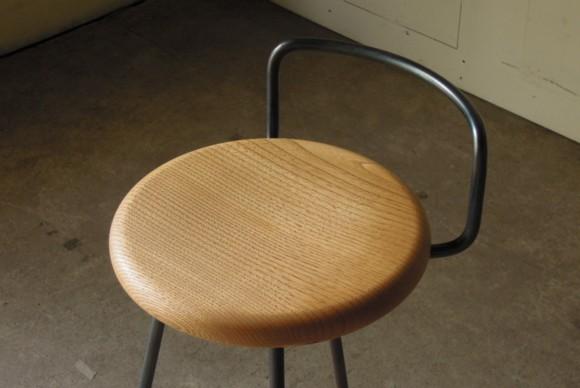 栗材無垢,丸椅子の木製座面,刳り貫きで経年変化,フレームとのバランス,カウンタースツール