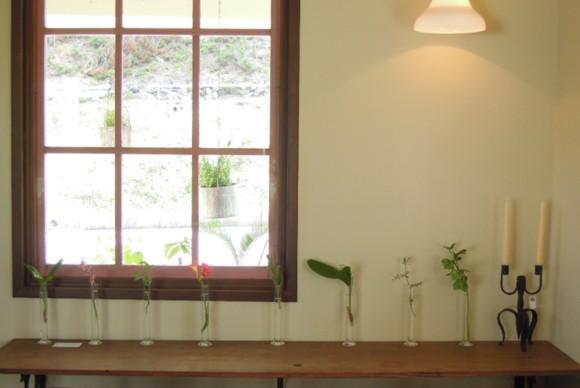 アンティークガラス戸,一輪挿し,ウォールブラケット,gachirin,飯能,名栗,カフェ,喫茶,cafe,入り口,アンティーク,平屋,フラットハウス,観葉植物,シャビー,ガーデニング