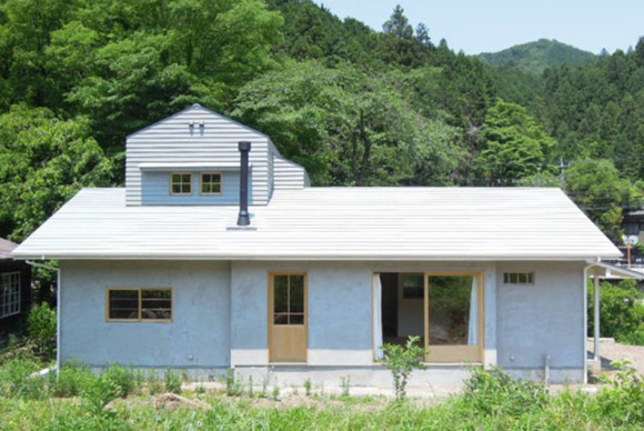 建具は新旧問わず木製のものにし、内装の壁は構造用合板の上から塗装で仕上げています。