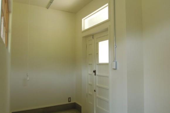 アンティークな玄関は、洋館や米軍ハウス、平屋を思わせる素敵な空間に。