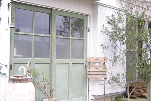 サッシをアンティークドアに変え、デッキや散水栓を庭の中央につくる。