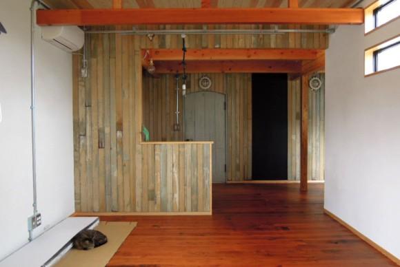 自然素材や古材、身近にある資材などを露出でふんだんに使った遊び心ある家。