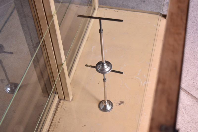 鉄製の支柱がポイントに,ガラスケース,ガラスショーケース,ショーケース,陳列,什器
