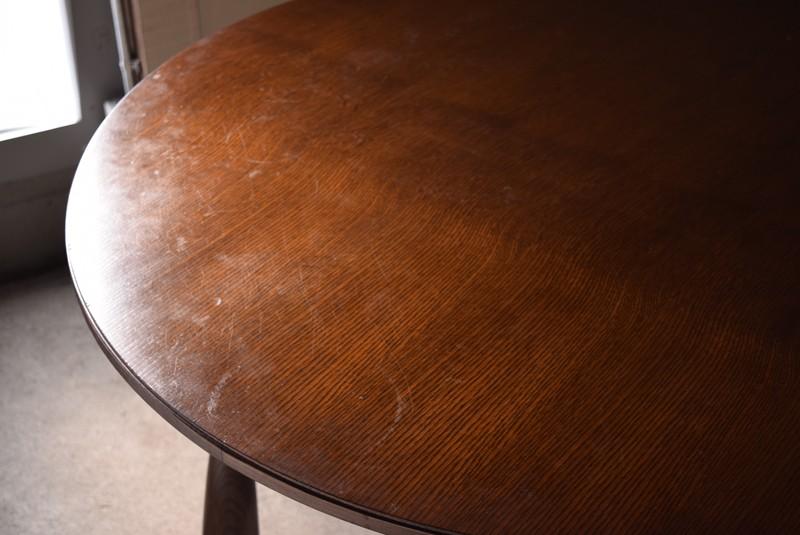 木目のきれいなラウンドテーブル,
