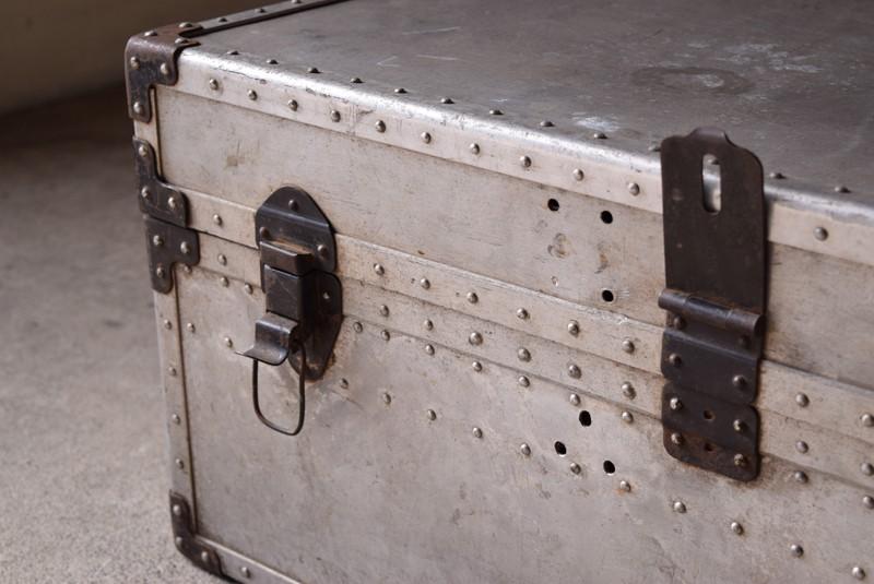 左右のラッチは使える状態,ヴィンテージ,アンティーク,トランク,船,収納,ジュラルミン,ディスプレイ,リベット