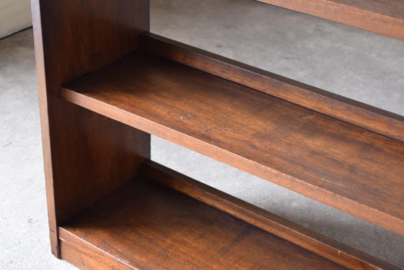 厚みのある無垢材で重厚な造り,アンティーク,本棚,オープンラック,収納,陳列,ショップ