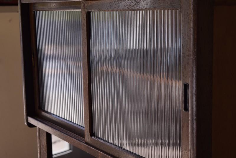 モールガラスがノスタルジックな雰囲気,アンティーク,食器棚,モールガラス,クリアガラス,収納,キッチン