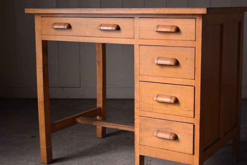木製取っ手も雰囲気がいい,アンティーク,ヴィンテージ,片袖机,机,デスク,ワークデスク,引き出し