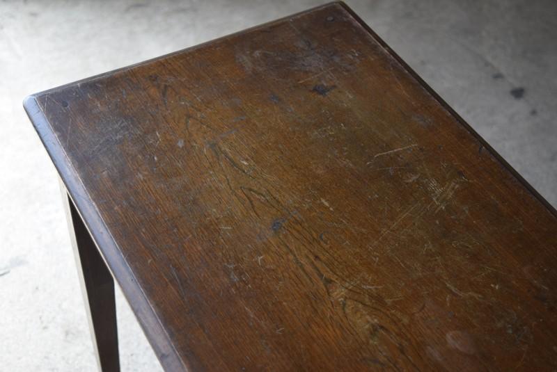 愛用されていた痕跡が見られる,アンティーク,ヴィンテージ,サイドテーブル,ローテーブル,ナイトテーブル,こげ茶,深い色味