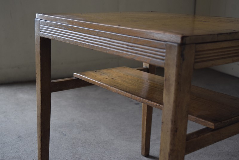 シンプルなラインの意匠が施された縁,アンティーク,ヴィンテージ,サイドテーブル,ローテーブル,台,キッチンラック,明るい色味,ナチュラル