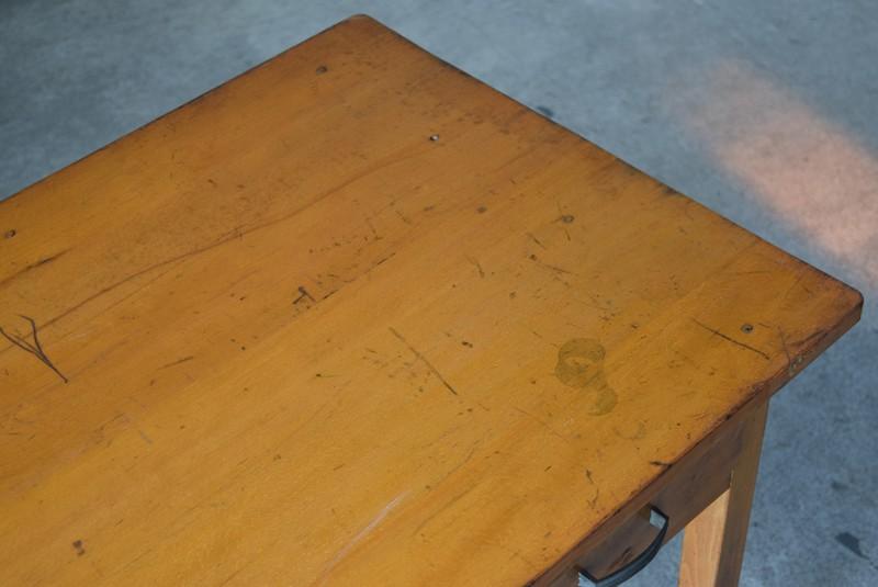 傷や輪ジミなどもヴィンテージ感ある風合いのひとつに,アンティーク,デスク,机,テーブル,作業台,平机,引き出し,無垢材,ヴィンテージ