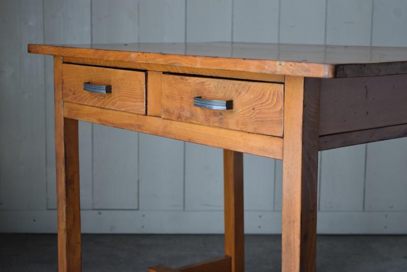 引き出しの木目もアクセントに,アンティーク,デスク,机,テーブル,作業台,平机,引き出し,無垢材,ヴィンテージ