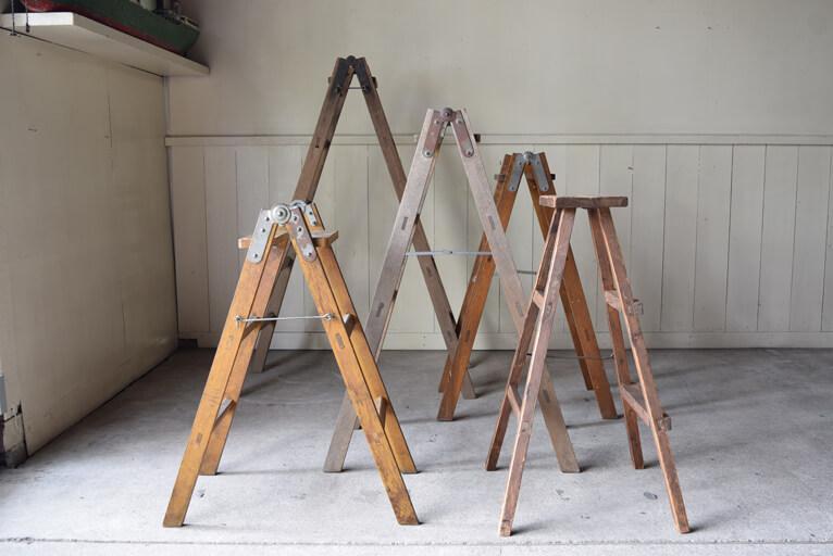 アンティーク楢材木製脚立は実用はもちろん、シェルフとしても