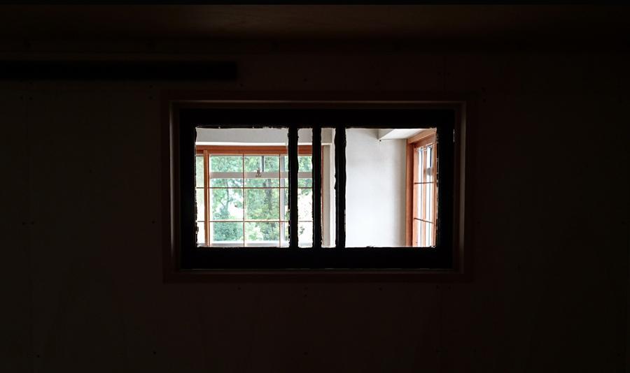 中から外の景色を覗けば、100年前の窓越しの景色。古いゆらめきあるガラスが今の景色を新たな見え方にさせるフィルターに。