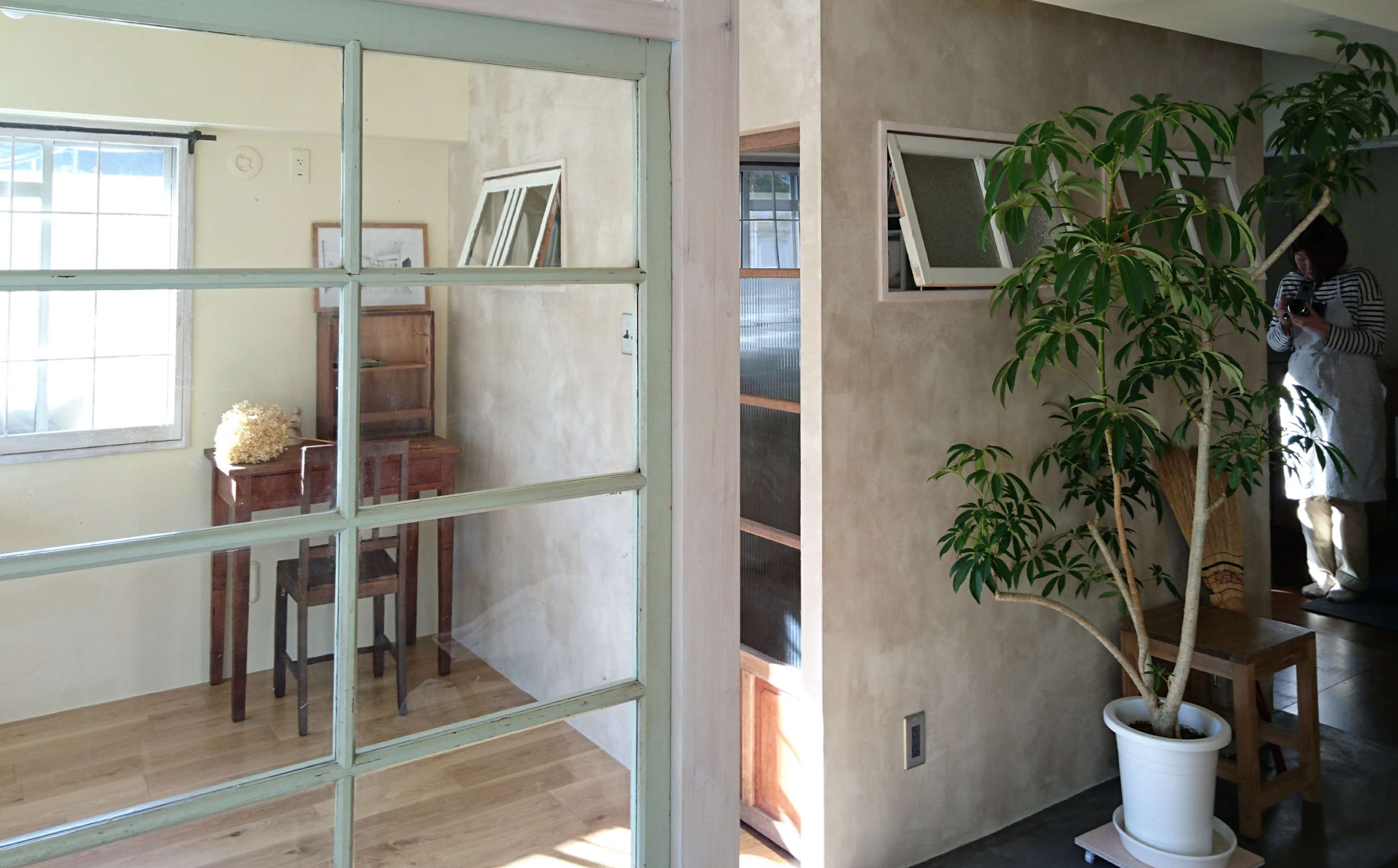 中央に配置した小さな小屋はクローゼット。左官仕上げの壁面はどこの空間にいても感じられ、いいなって思っている好きな佇まいを部屋中で感じられるようになりました。