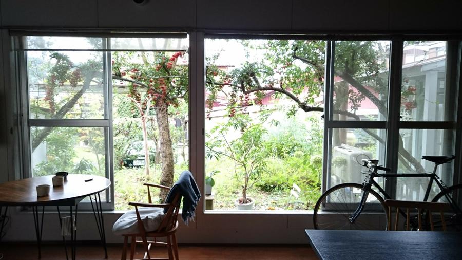 梅雨入り前に木部にペンキを塗ったり、過ごしやすい季節に網戸を洗うこと。