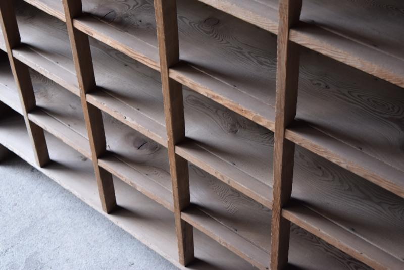 きれいな木目が感じられる素朴な木味のマス目収納棚。