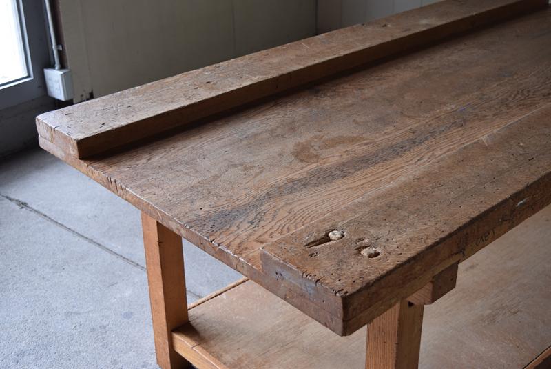 厚みのある楢材で組まれた造りはシンプルながら無骨な力強さがあります。
