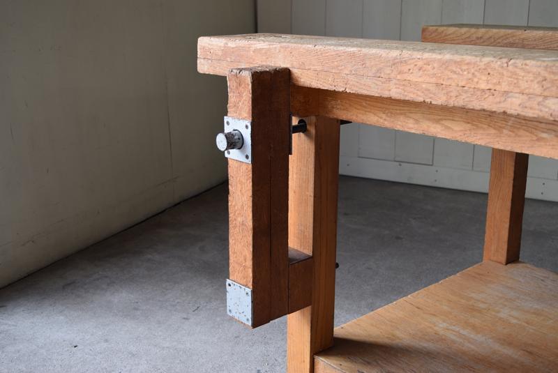 重厚で大きな天板と、使われてきた木味が感じの良い木工室のテーブル。