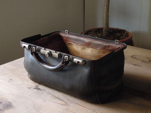 開口部が広いので出し入れも楽,アンティーク,カバン,レザーバッグ,ドクターズバッグ,鞄,ショップ,ディスプレイ,古道具,雑貨
