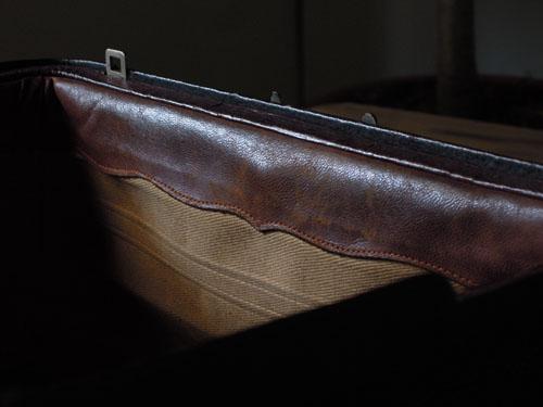 内部の縁取りもレザー,アンティーク,カバン,レザーバッグ,ドクターズバッグ,鞄,ショップ,ディスプレイ,古道具,雑貨