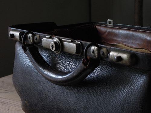 重厚な金具とハンドル,アンティーク,カバン,レザーバッグ,ドクターズバッグ,鞄,ショップ,ディスプレイ,古道具,雑貨