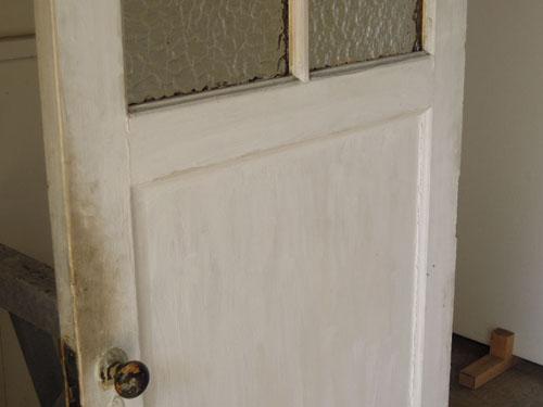 使われてきた跡や刷毛ムラもいい風合いに,アンティーク,ヴィンテージ,ドア,木製ドア,白,ペイント,こげ茶,ガラス窓