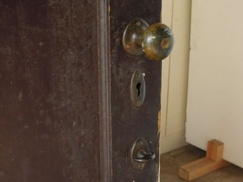 古いドアノブ,アンティーク,ヴィンテージ,ドア,木製ドア,白,ペイント,こげ茶,ガラス窓