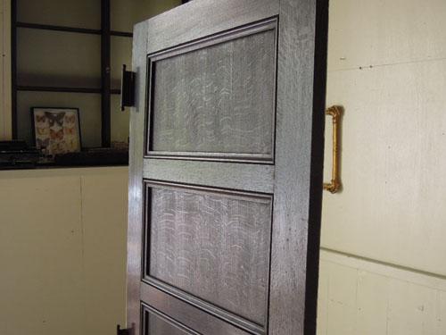 透けて見えるオーク材の木目が美しい,アンティーク,ヴィンテージ,ドア,玄関ドア,白,ペイント,イギリス,オーク材