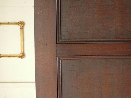 シンプルでありながらアンティーク感のある装飾,アンティーク,ヴィンテージ,建具,ドア,玄関ドア,白,ペイント,イギリス,オーク材