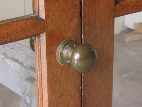 木の風合いと馴染んだドアノブ,アンティーク,両開き扉,観音開き,ドア,建具,木製,洋館,店舗