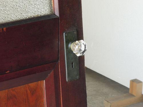 ガラスのドアノブがアクセントに,アンティーク,ヴィンテージ,ドア,玄関ドア,白,ペイント,イギリス,オーク材