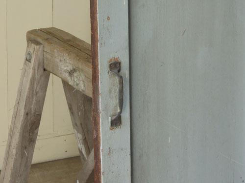 ペイントにラフな金具が似合う,アンティーク,ドア,木製,建具,ペイント,ブルーグレー,アトリエ,小屋