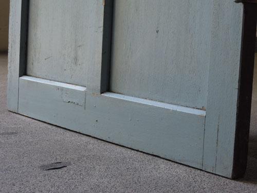 ペイントの脚元,アンティーク,ドア,木製,建具,ペイント,ブルーグレー,アトリエ,小屋