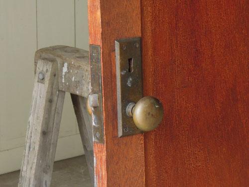 逆についたドアノブ,アンティーク,ドア,建具,木製,小屋,アトリエ,店舗,リノベーション