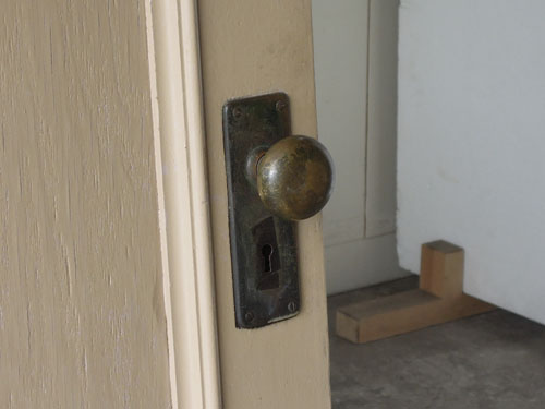 ドアノブも雰囲気たっぷり,アンティーク,ドア,片開き戸,ペイント,白,建具,リノベーション,店舗