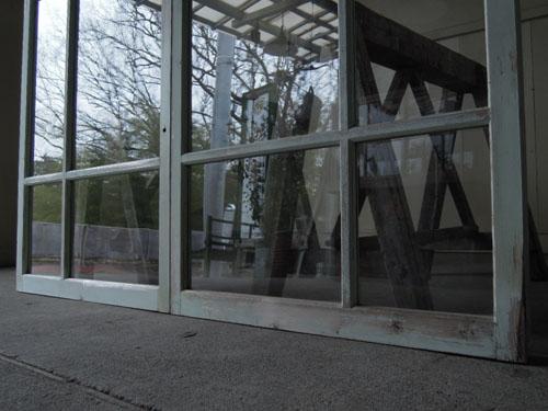 ペイントの剥がれもいい感じに,アンティーク,窓,引き違い戸,ペイント,ブルーグレー,建具,ガラス戸,リノベーション,店舗