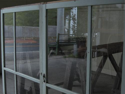 ガラスはきれいな状態です,アンティーク,窓,引き違い戸,ペイント,ブルーグレー,建具,ガラス戸,リノベーション,店舗