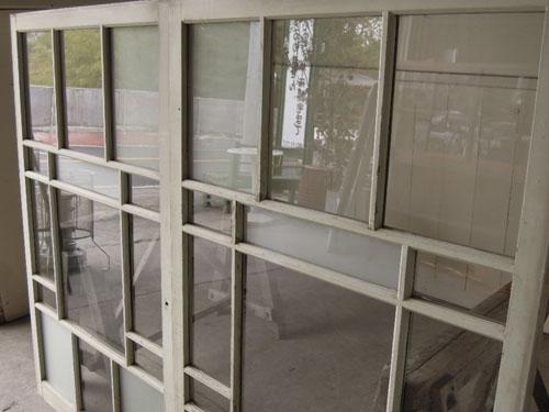 ガラスはきれいな状態,アンティーク,引き違い戸,ガラス戸,引戸,建具,ペイント,リノベーション,店舗,間仕切り